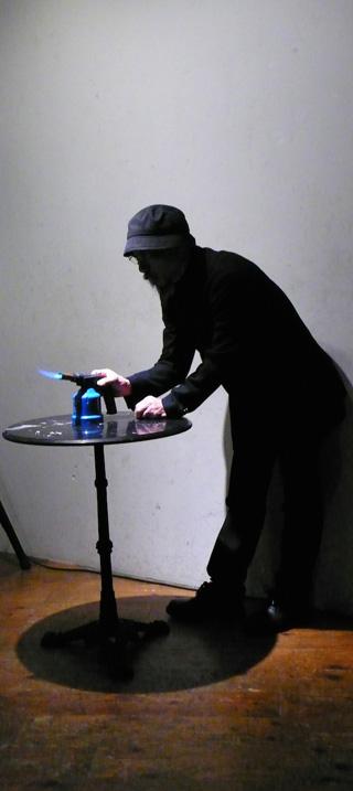 身体行為:「ポエトリーアクションvol.」 「七歩詩  曹植」の暗唱した後、詩の紙片を燃す。 制作年:2012年11月11日 素材:ガスバーナー 詩の紙片 場所:Cafe FLYING TEAPOT東京都練馬区栄町