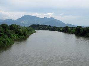 千曲川 飯山市 柏尾橋から山は高社山
