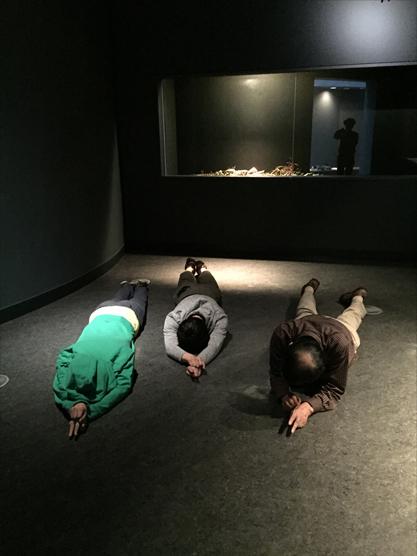 耳のないマウス 『移動する主体』(『カタツムリ』シリーズ) 2016 志賀高原ロマン美術館(長野) 撮影=松田朕佳 なお、右の二人は作品ではなくてただの人間
